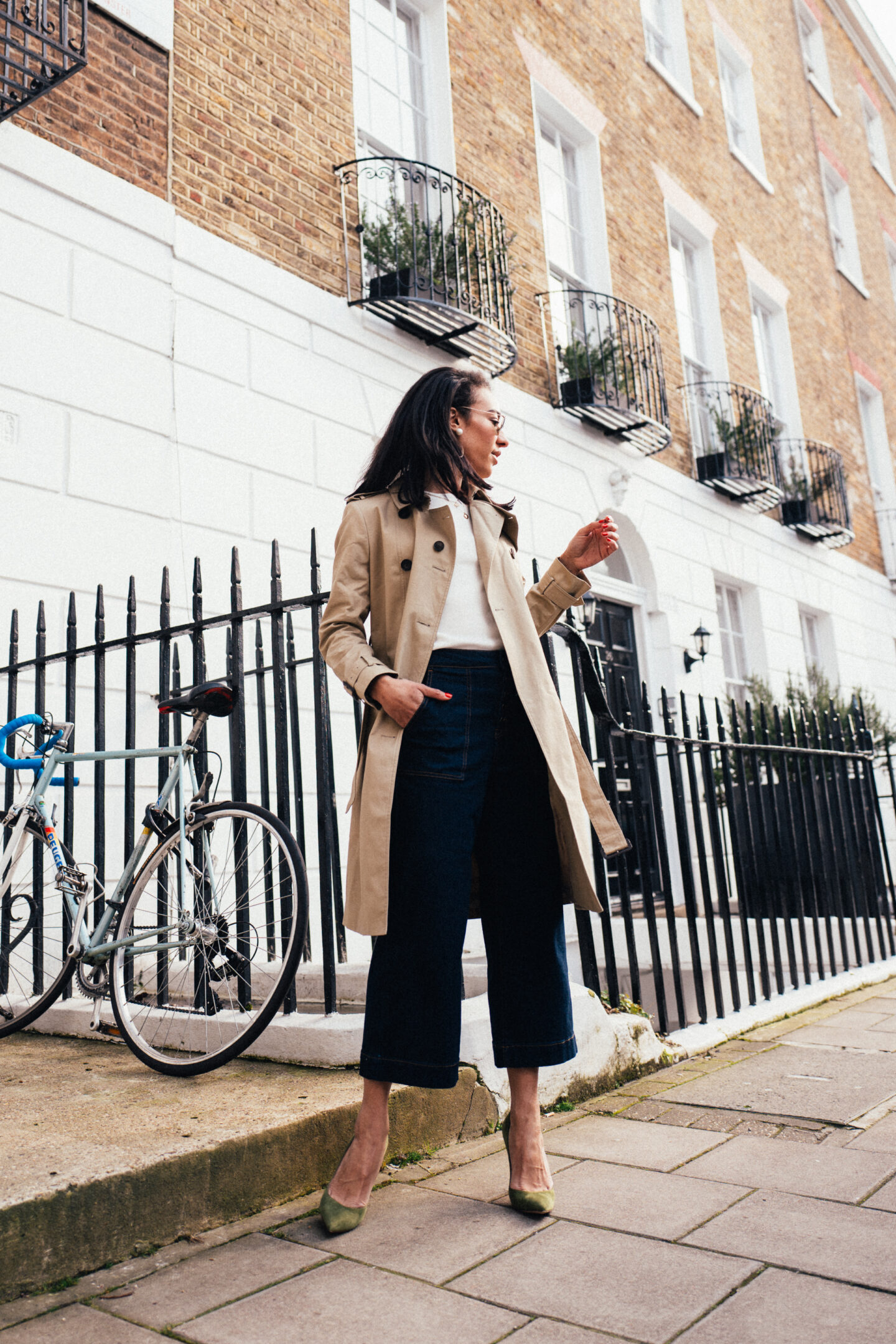 Corporate-Style-Story-Cyran-Trenchcoat-White-Tee-Jeans-Style-Inspo